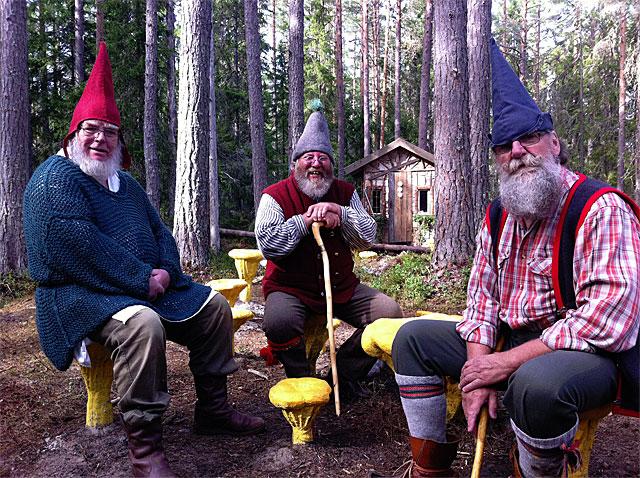 Foto av tre arbetande jultomtar.