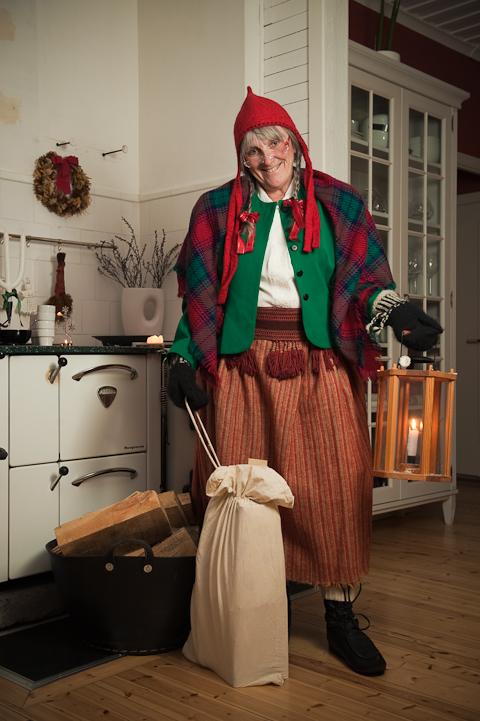 Kvinnlig jultomte i form av tomtemor
