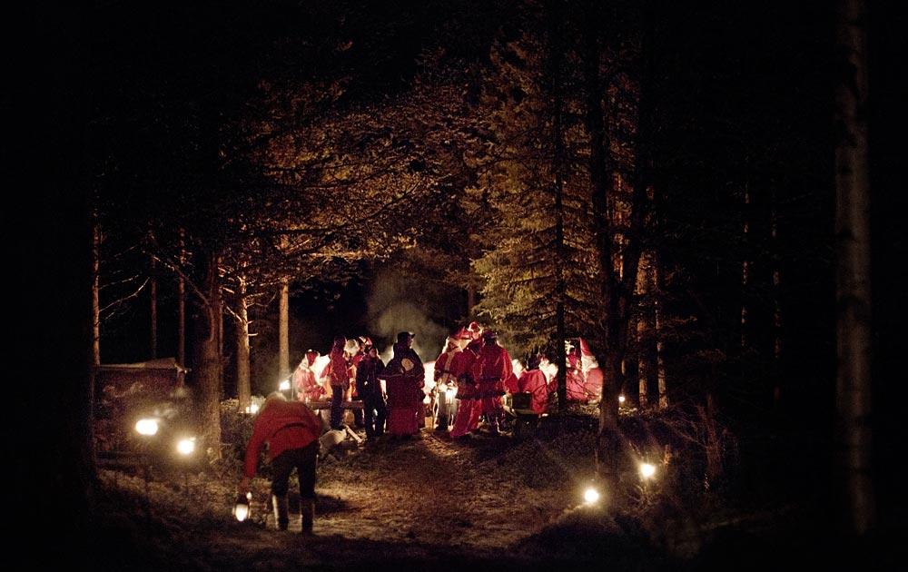Tomtar samlas för det årliga tomtetinget - i en öppen glänta, en mörk vinterkväll inne i de djupa skogarna.